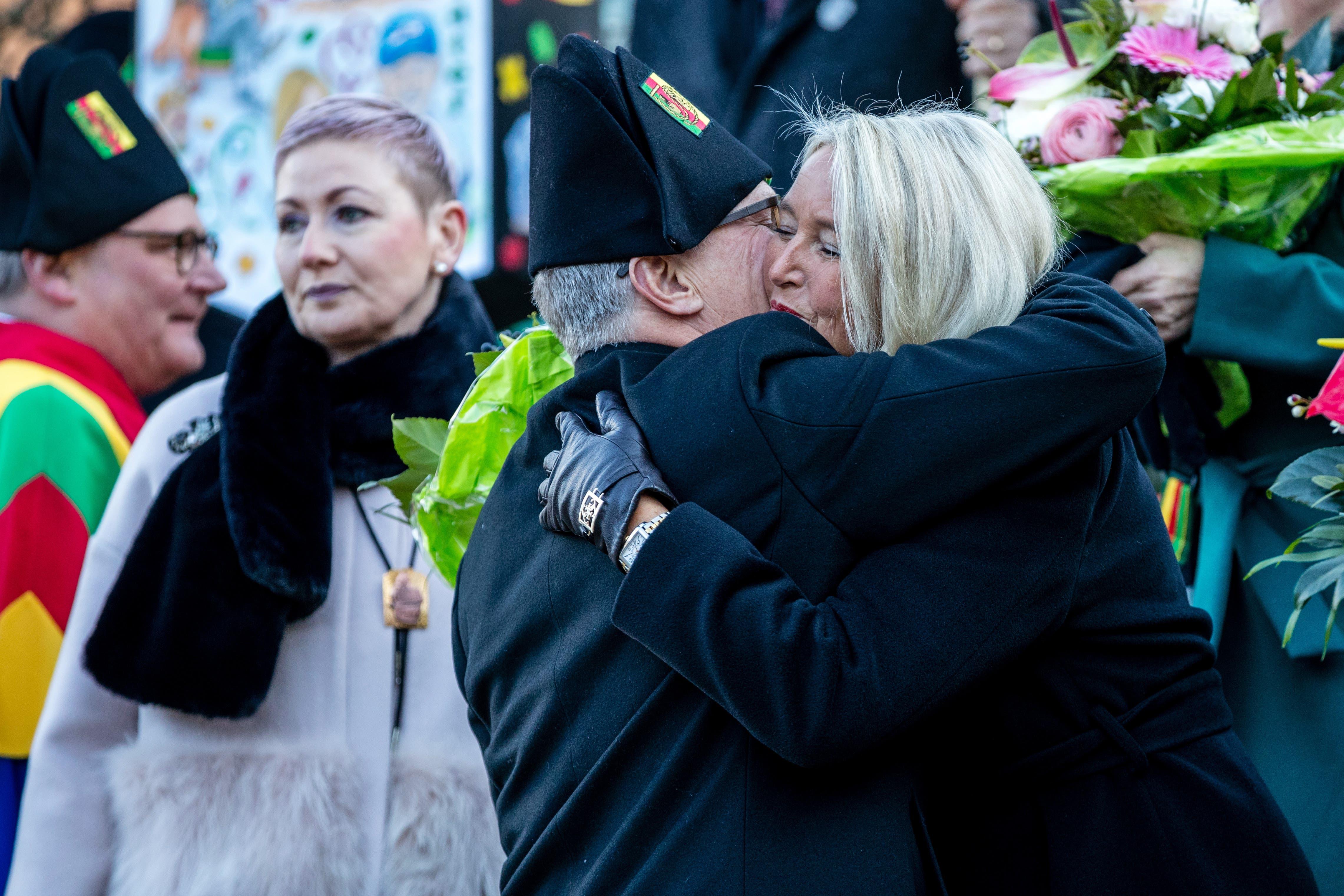 Gallivater Hugo Herzog umarmt seine Frau Lucette Oggier Herzog.