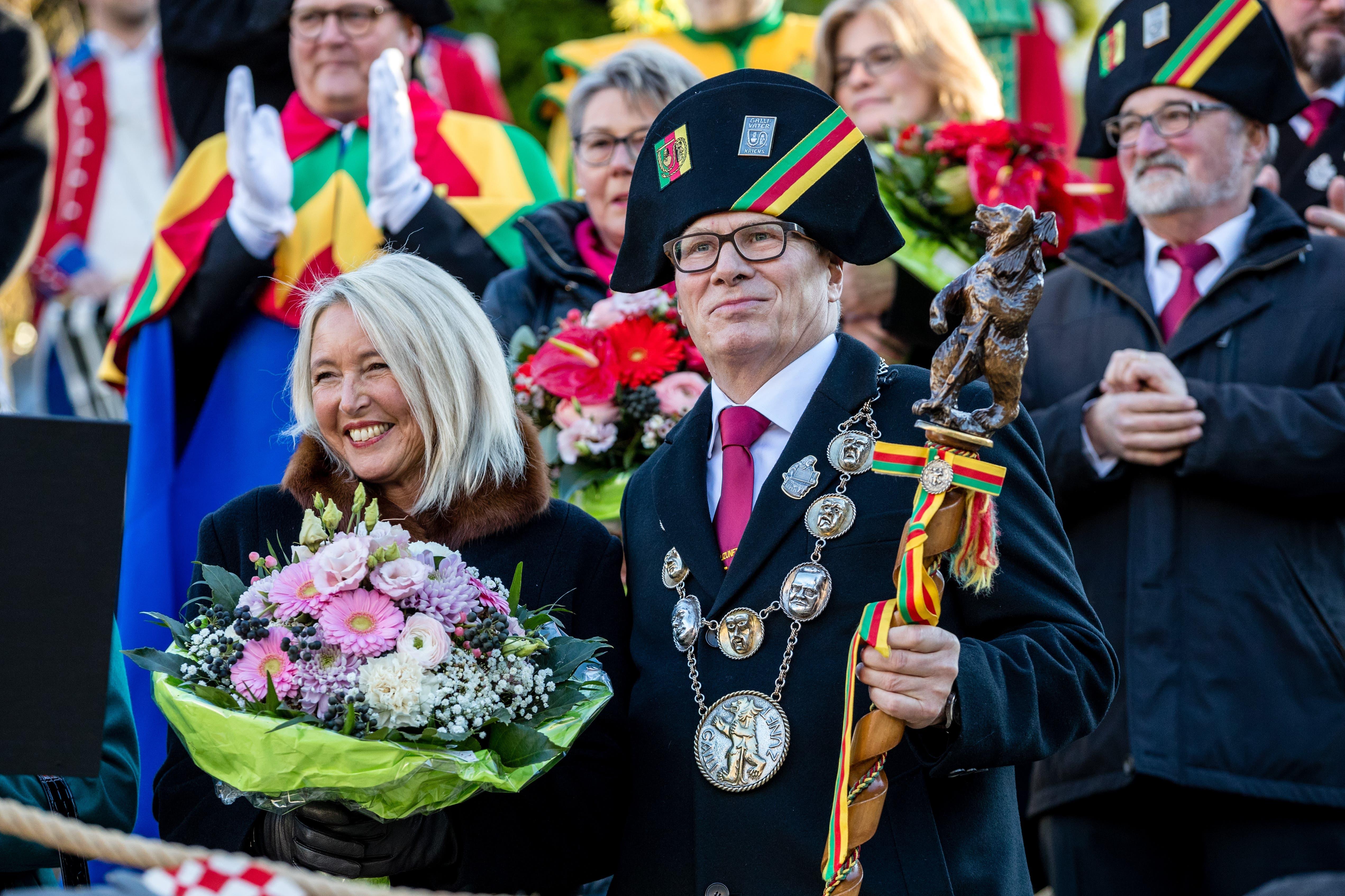 Der Gallivater Hugo Herzog und seine Frau Lucette Oggier Herzog an der Gallivater-Abholung auf dem Krienser Dorfplatz.