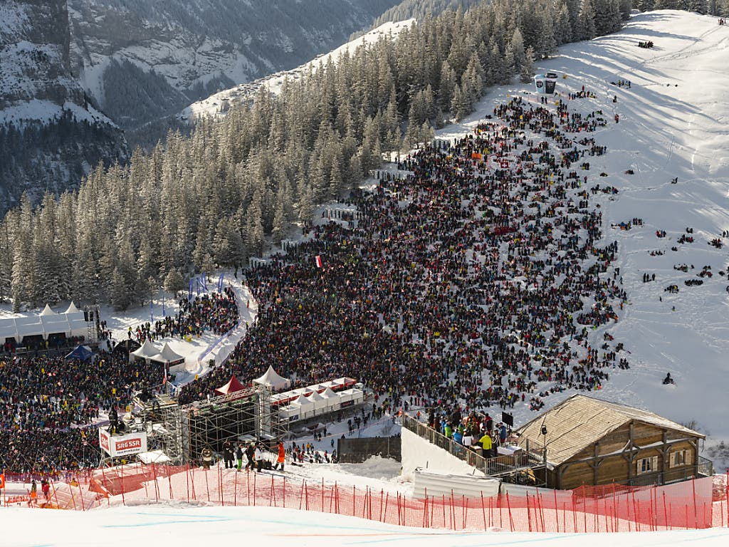 Tausende Zuschauer lassen sich das Spektakel am Pistenrand nicht entgehen