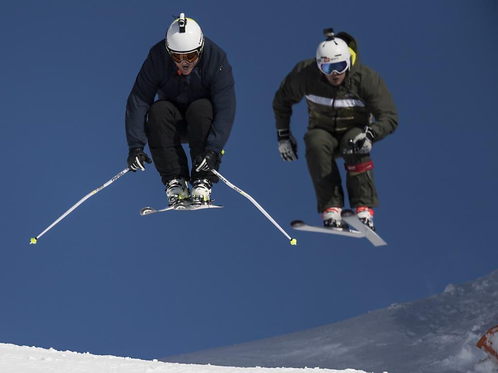 Marc Berthod (links) und Bruno Kernern heben bei ihrer Kamerafahrt ab