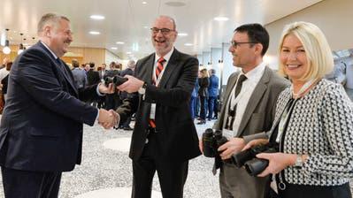 Carlo Parolari übergibt Ferngläser an die Spitaldirektion um Norbert Vetterli, Stefan Duewell und Doris Rathgeb. ((Bild: Donato Caspari))