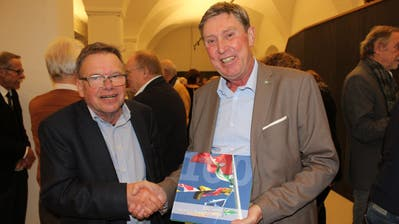 Autor Rolf Hürzeler und Rolf Zwicky, Präsident des Yacht-Clubs Kreuzlingen, an der Jubiläums-Buchvernissage. ((Bild: Manuela Olgiati))
