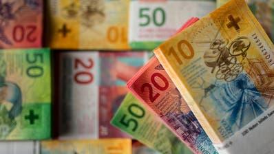 Zehner-, Zwanziger- und Fünfzigernoten der Schweizerischen Nationalbank. ((Bild: Keystone/Gabriele Putzu))