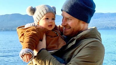 Promi-News | Prinz Harry grüsst zum neuen Jahr mit Baby Archie ++ Silbereisen und «Traumschiff»-Kritik ++ Schwarzenegger und Eastwood im Winterurlaub