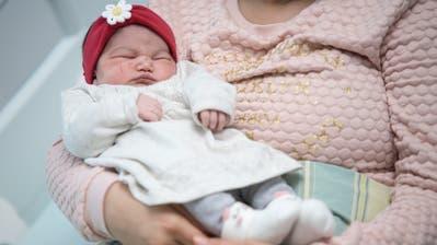 Die kleine Yasna schlummert in den Armen ihrer Mutter. (Bild: Pius Amrein, Altdorf, 1. Januar 2020)