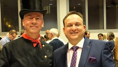 Die beiden Redner Paul Grässli (links) und Niklaus Lippuner hier beim Apéro. (Hanspeter Thurnherr)