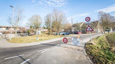 Die derzeitigen Fahrverbotssignaleim Frauenfelder Quartier Huben für den Schleichweg über die Alte Landstrasse sind noch nicht rechtskräftig. ((Bild: Andrea Stalder))