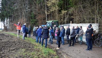 Bürgerinnen und Bürger lassen sich vor Ort über die Deponiepläne informieren. ((Bild: Vivane Vogel))