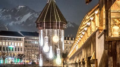 Der Wasserturm im ganz besonderen Licht. (Bild: Pius Amrein (Luzern, 8. Januar 2020))
