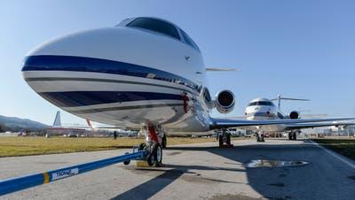 Schnell, luxuriös, teuer: Zwei Businessjets am Montagmittag auf dem Flugfeld in Altenrhein. (Hanspeter Schiess)