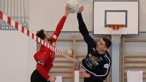 Simon Stäbler, Angreifer von Rickenbach-Wilen (rechts), blockt einen Angriff im Heimspiel gegen Diepoldsau. (PD)