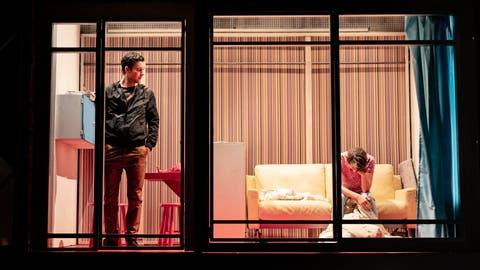 Einblick in fremde Zimmer: Am Theater Konstanz begeistert das Bühnenbild von Bernd Schneider zu «Zwei Tage, eine Nacht». (Bild: Ilja Mess)