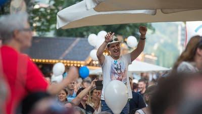 Luzerner FestStimmung auf dem Kapellplatz an dem Konzert von ChueleeLuzerner Zeitung / Dominik WunderliFotografiert am 24.06. 2017KulturPartyStimmungMusik (Dominik Wunderli (lz), Dominik Wunderli (LZ))