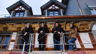 Isabelle Zarn, Eliane Hirschi, Gabriel Dos Santos und Janina Keller eröffnen im Trompetenhüsli die Füllstation Frauenfeld und das Bistro Hansi. ((Bild: Donato Caspari))