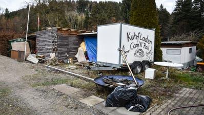Eine von mehreren Parzellen auf dem Campingplatz Residenz Waldruh, die einen verwahrlosten Eindruck machen. ((Bilder: Roman Scherrer))
