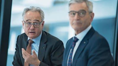 Pascal Niquille (links), CEO der Zuger KB, und Bruno Bonati, der Präsident des Bankrats am Donnerstag in Zug.