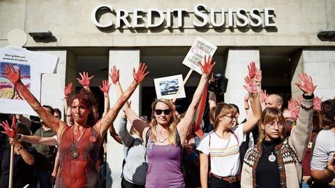 Demo vor Grossbank: Die Klimajugendprangert Investments der Banken an.
