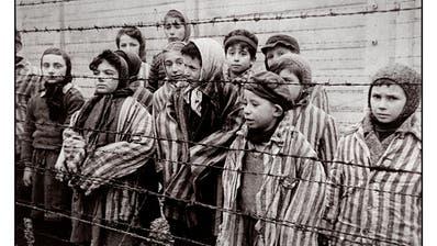 Ein Bild eines Kriegsfotografen der Roten Armee vom 27. Januar 1945 zeigt die Kinder im KZ Auschwitz-Birkenau, unter ihnen wahrscheinlich Gábor Hirsch, Fünfter von rechts. «Ganz hundertprozentig sicher bin ich mir nicht», sagt Hirsch. Es ist eine der offenen Fragen, die ihn bis heute umtreiben. (Bild: Alamy)
