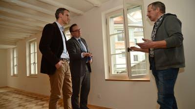 Unternhemer Hermi Herger (rechts) erläutert Alexander Walker und Baudirektor Roger Nager (von links) die im Haus Ochsen vorgenommenen Sanierungsmassnahmen. (Bild: Urs Hanhart (Flüelen, 24. Januar 2020))