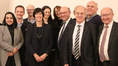 28 der 30 am Donnerstagabend von der FDP-nominierten Kandidierenden für die Stadtparlamentswahlen vom 27. September. Ganz rechts ist FDP-Regierungskandidat Beat Tinner zu erkennen. (Bild: Reto Voneschen)