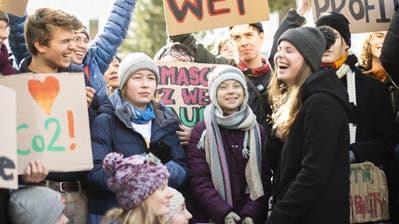Greta Thunberg am Klima-Streik in Davos. Die meisten Schilder waren auf Englisch. Die Reden auch. (Gian Ehrenzeller / AP)