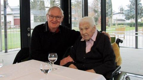 Urs Fröhlich besucht seine Mutter Hedwig anlässlich ihres 108. Geburtstages im Alterszentrum Weinfelden. ((Bild: PD))
