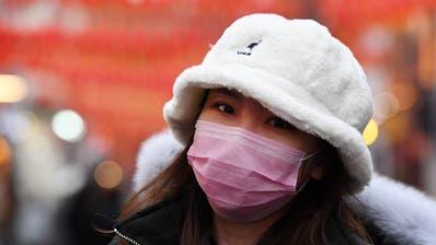 Das Virus sorgt Weltweit für Angst. Hier eine Frau, die sich mit einer Gesichtsmaske schützt, in London.  EPA/ANDY RAIN (Andy Rain / EPA)