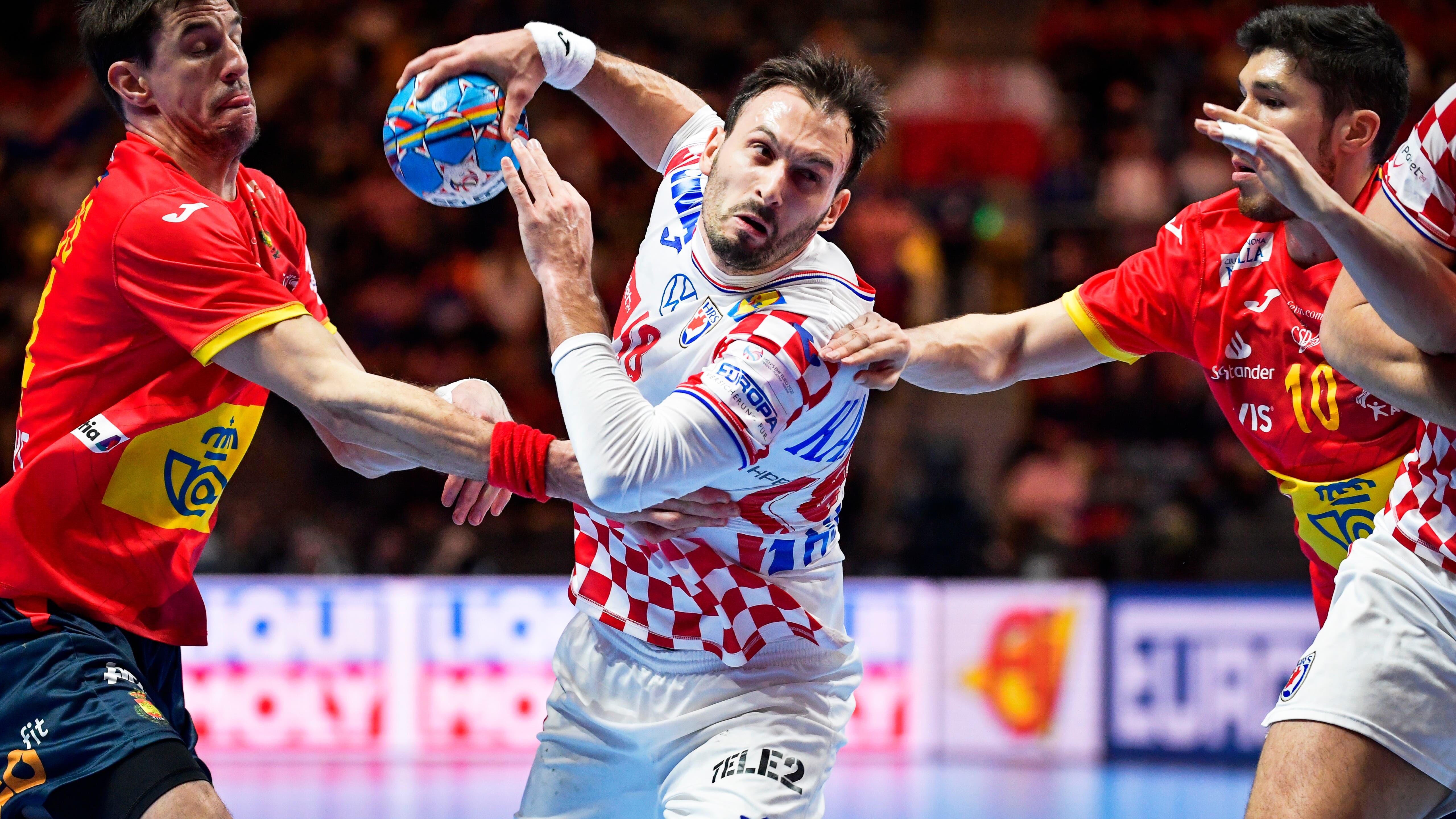 Igor Karacic durchbricht die spanische Abwehr.