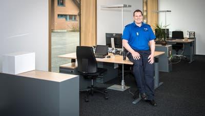 Postenchef Lukas Gansner im neuen Büro für seine drei Mitarbeiter in Altnau. ((Bild: Reto Martin))