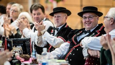 Der neu gewählte Präsident Fabian Niklaus (zweiter von rechts) an derDelegiertenversammlung des Zentralschweizer Jodlerverbands. (Bild: Nadia Schärli, Baar, 26. Januar 2020)