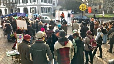 Die 5G-Gegner protestieren auf dem Rathausplatz. Auf der kleinen Bühne steht Andreas Fröhlich. ((Bild: Samuel Koch))