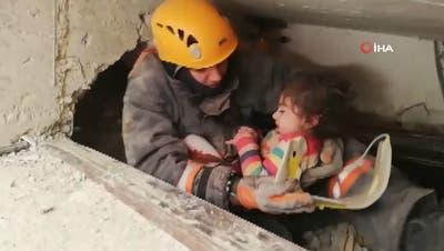 24 Stunden nach dem Beben: Mädchen aus Trümmern gerettet