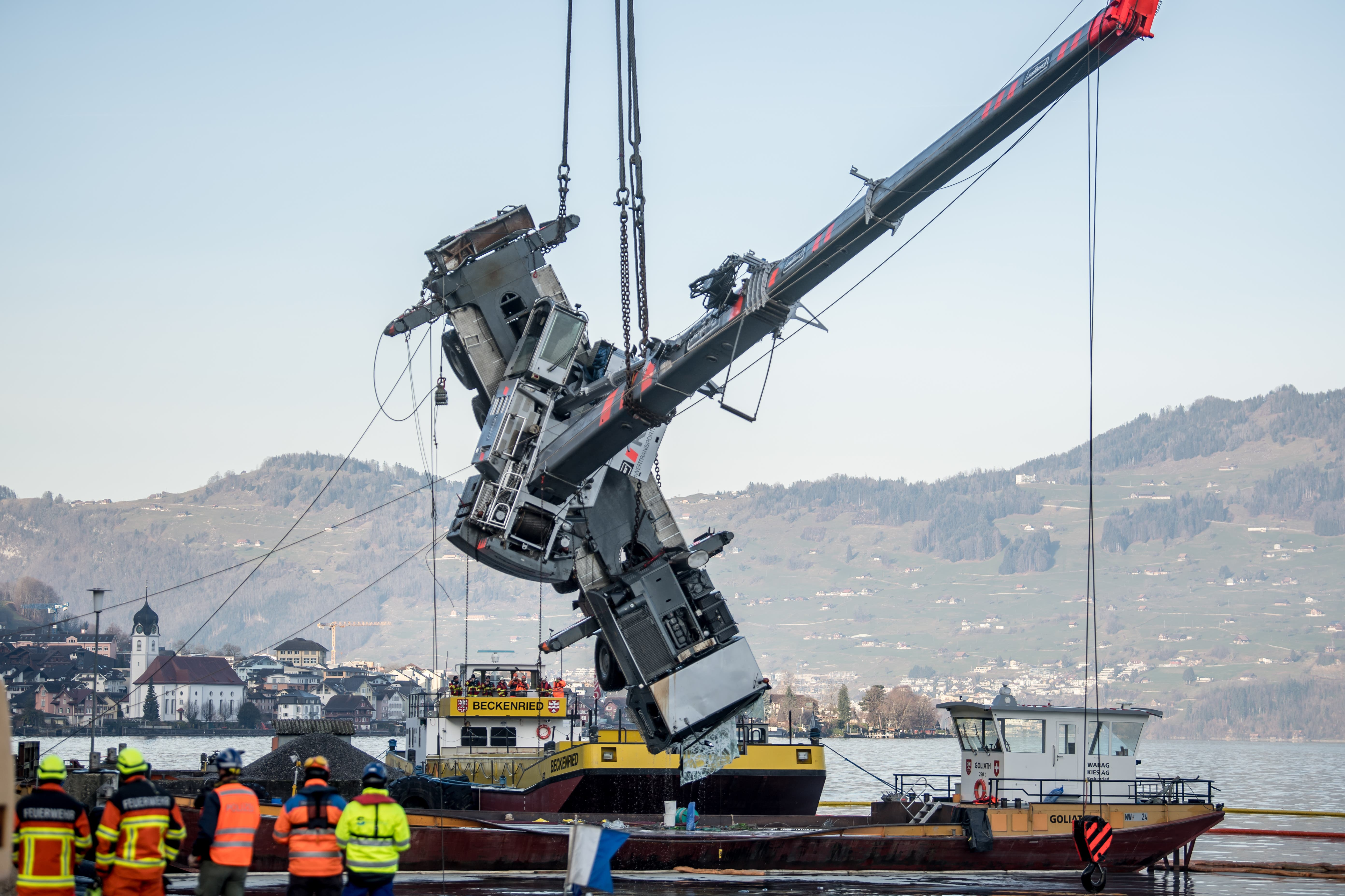 Der 60 Tonnen schwere Pneukran, der Mitte Januar bei Beckenried von einer Naue kippte und im Vierwaldstättersee versunken war, ist am Montagmorgen aus dem Wasser gehoben worden.