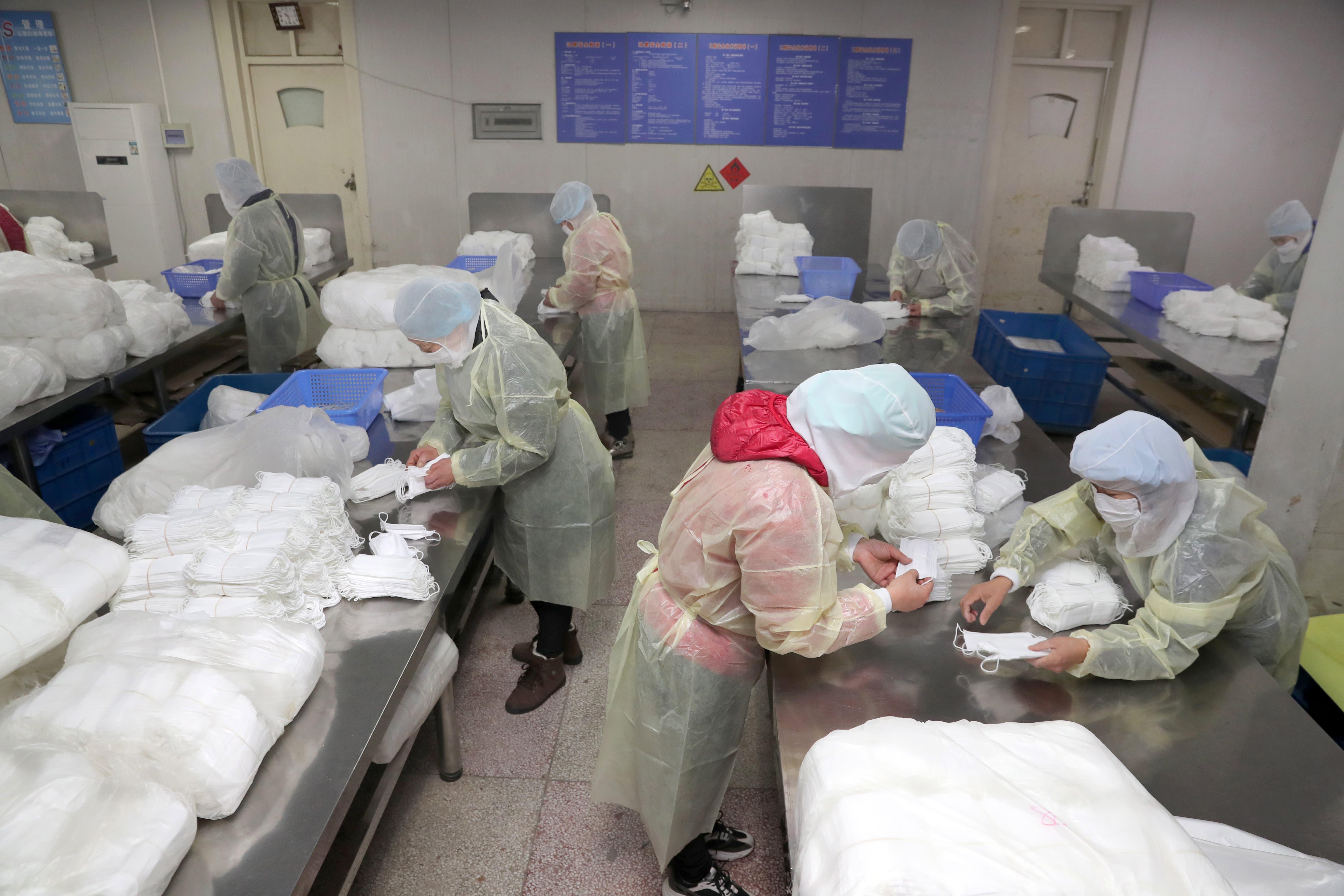 Im chinesischen Nantong werden Atemschutzmasken hergestellt. Damit soll sich die Bevölkerung vor der Ansteckung schützen.