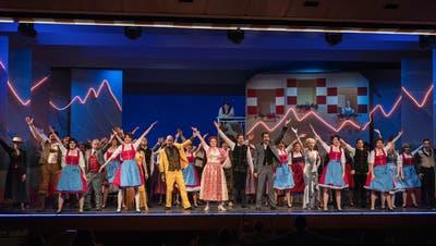 Die Operette Balzers überzeugt mit einer imposanten Inszenierung von Benatzkys «Im weissen Rössl». Das Publikum bedankte sich für den bunten Operettenabend mit tosendem Applaus und Standing Ovations. (Daniel Schwendener)