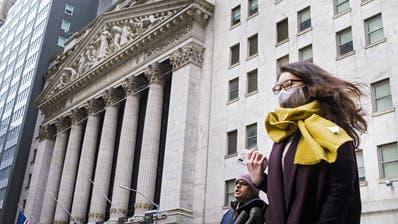 Eine Frau trägt vor der Börse in New York eine Gesichtsmaske. (Bild: Justin Lane / EPA (27. Januar 2020))