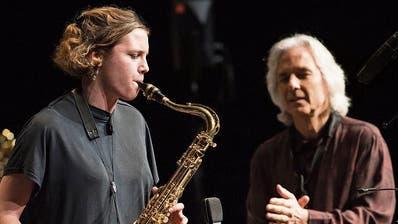 Perico Sambeat (rechts) mit der Big Band Hochschule Luzern im KKL. Links Saxofonistin Mirjam Scherrer.