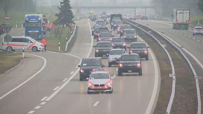 Gut gesichert mit Hilfe von Ostschweizer Polizisten: der amerikanische Präsidentenkonvoi auf dem Weg nach Zürich. ((Bild:BRK News))