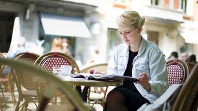 Eine Frau geniesst beim Helvetiagärtlieinen Kaffee. (Bild: Corinne Glanzmann, Luzern, 21. April 2016)
