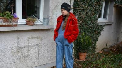 Micha Stuhlmann vor ihrem Haus in Kreuzlingen. (Bild: Judith Schuck)