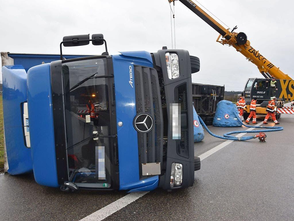 Eine starke Windböe hat am Dienstagmorgen einen Anhängerzug auf der A1 bei Oensingen erfasst und umgeblasen.
