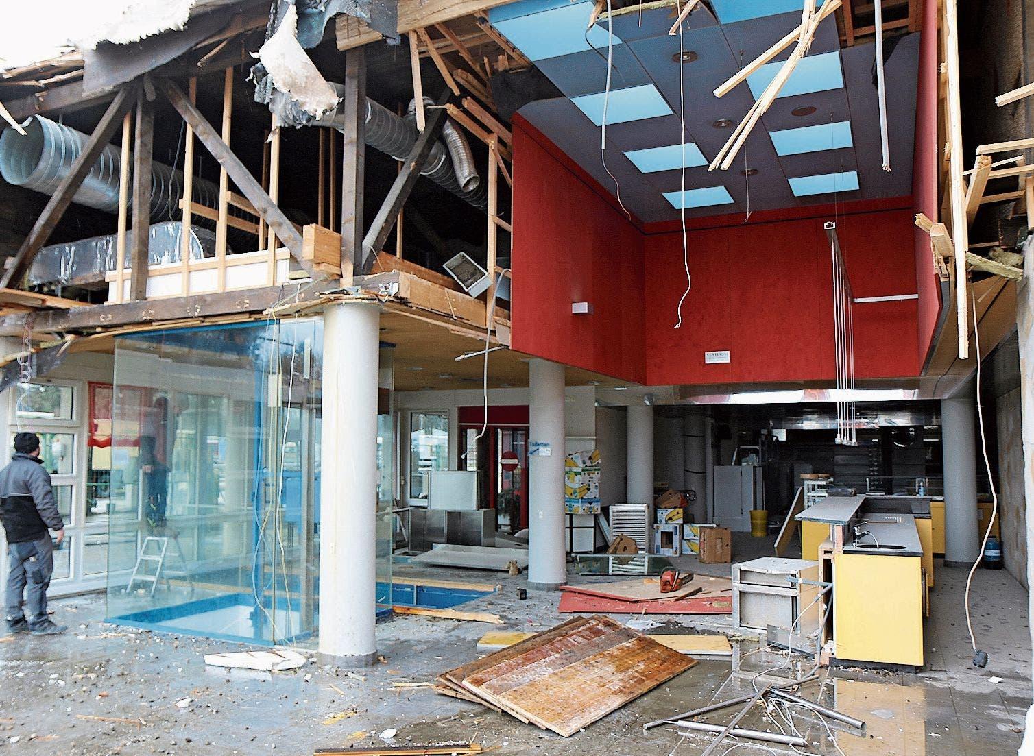 Als hätte ein Wirbelsturm das Gebäude zerstört: Blick in das ausgediente Restaurant an der Autobahn A1 in der Thurau.