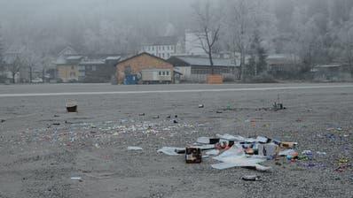 Haufenweise Abfall nach Silvester auf dem Buchser Marktplatz