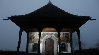 Die beiden Kappeler Landfrieden hat Hans Zürcher auf die Aussenwand der Deibüelkapelle in Baar gemalt. (Bild: Stefan Kaiser (2. Januar 2020))