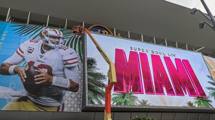 Die letzten Vorbereitungen vor dem grossen Tag am Superbowl-Stadion in Miami. (Tannen Maury/EPA)