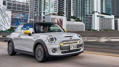 Zu Hause in der Stadt: Der Mini bereitet durch agiles Fahrverhalten und spritzige Beschleunigung Vergnügen. (Bilder: zvg)