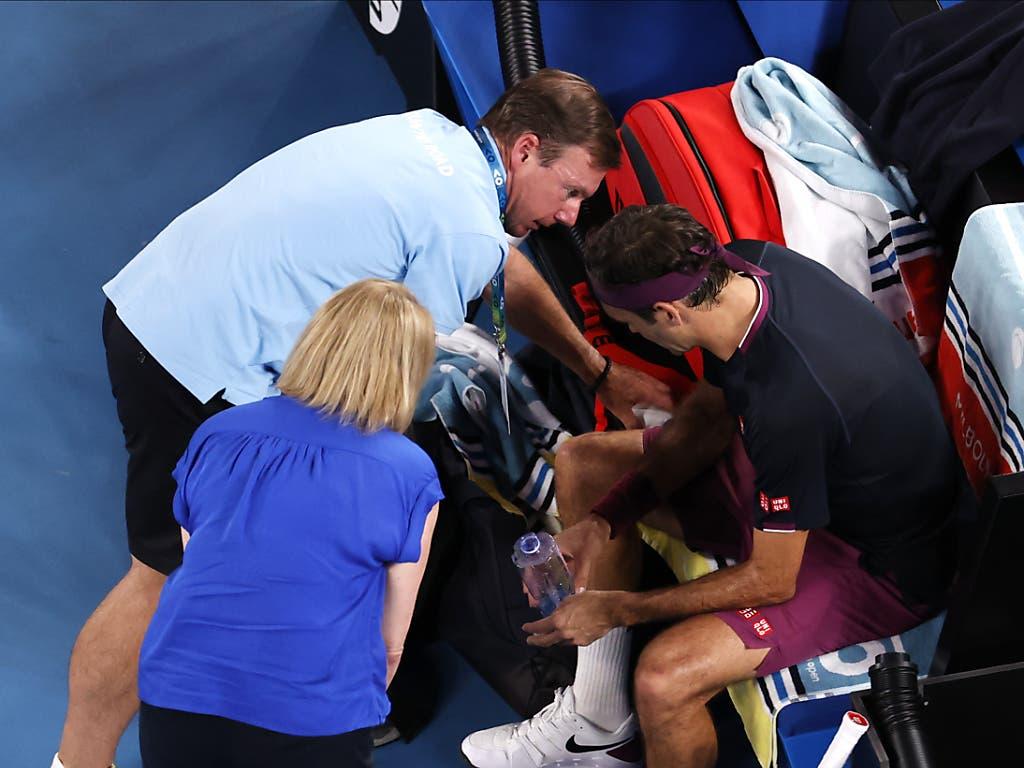 Wieder muss der Physio ran: Dem Serben kommt im Halbfinal entgegen, dass Federer nicht in Vollbesitz seiner Kräfte ist