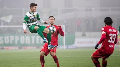 Der Krienser Diogo Costa springt höher zum Ball als die Winterthurer Roberto Alves (Mitte) und Davide Calla. (Philipp Schmidli / PHILIPP SCHMIDLI | Fotografie (Kriens, 25. Januar 2020))