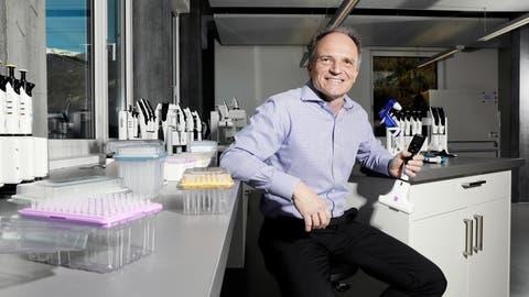 Urs Hartmann, Chef von Integra Biosciences in Zizers, hält eine elektronische Pipette in der Hand. (Bild: Philipp Baer)