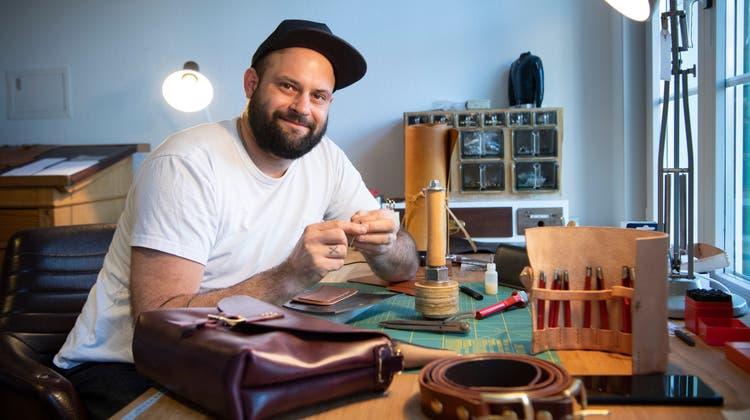 Plötzlich Lederschüler: Ein St.Galler Heilpädagoge fertigt in der Freizeit Gürtel und Taschen – und vertreibt sie erfolgreich